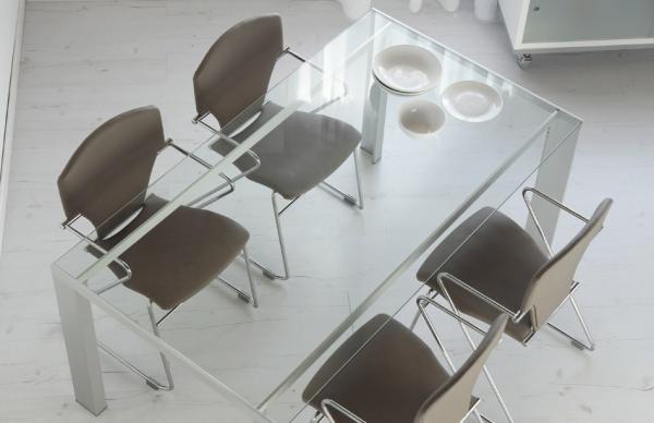 Una mesa de cristal para tu comedor
